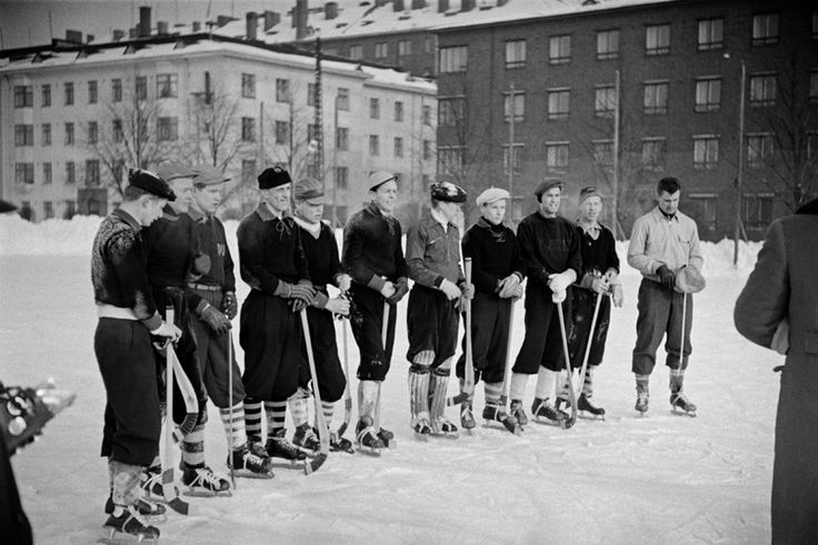 Jääpallojoukkue Väinämöisen urheilukentällä 1954. Kuva: Helsingin kaupunginmuseo / Väinö Kannisto.