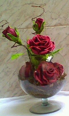 Flores em E.V.A - Elaine: Arranjo de rosas vermelhas no aquário