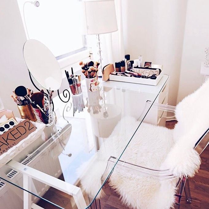 Coiffeuse Table En Verre Chaise Transparente Et Doux Tapis Blanc Coiffeuse En Verre Idee Chambre Deco Chambre