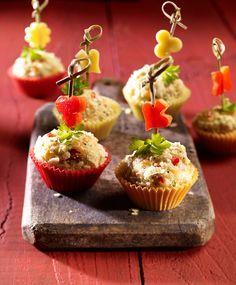 Pikante kleine Muffins aus Hefeteig mit Kartoffelchips, Käse und Paprika - der Hit für jede Party