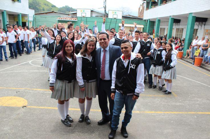 Entrega de chaquetas Prom 2015 a los alumnos de la I.E Esteban Ochoa