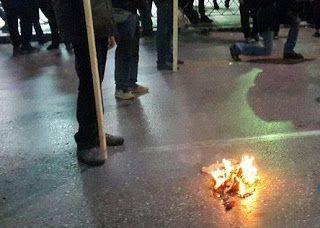 ΤΩΡΑ: Έκαψαν αμερικανική σημαία μπροστά από το Αμερικανικό Προξενείο της Θεσσαλονίκης [video]