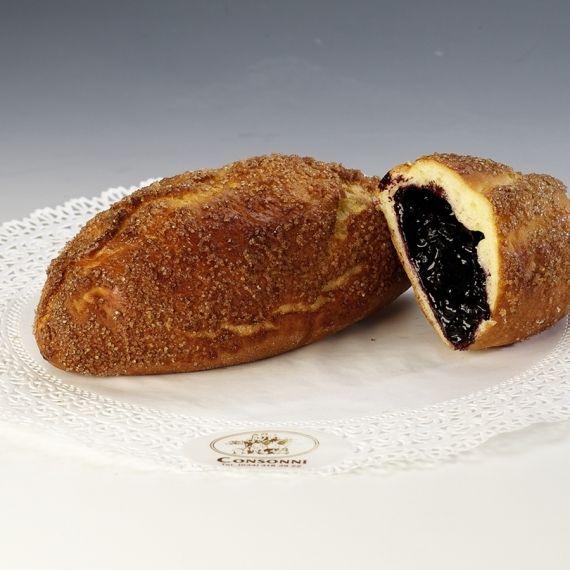 Drożdżówka jagodzianka Przygotowane z ciasta półfrancuskiego, z nadzieniem jagodowym. posypana cukrem trzcinowym.