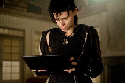 Сиквел «Девушки с татуировкой дракона» выйдет в 2018 году http://mnogomerie.ru/2017/03/14/sikvel-devyshki-s-tatyirovkoi-drakona-vyidet-v-2018-gody/  Кинокомпания Sony Pictures снимет продолжение фильма Дэвида Финчера «Девушка с татуировкой дракона» под названием «Девушка, которая застряла в паутине» (A Girl In a Spiderweb). Премьера ленты намечена на 5 октября 2018 года, сообщает Variety. Картина будет основана на одноименной четвертой книге серии «Миллениум», которая после смерти автора…