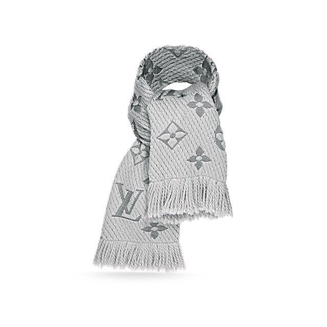 Entdecken Sie Logomania Schal  Mit dem Logomania Schal verleihen Sie dem Winter Eleganz. Das warme und seidige Accessoire, wunderschön mit den übergroßen Initialen des Hauses und Monogram-Blüten verziert, besteht aus einer Kombination aus Wolle und Seide.