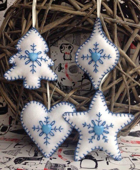 Verzameling van mooie handgemaakte voelde Kerstdecoratie in blauw met …