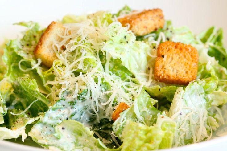 #RecetasCotiza: La Ensalada César es una ensalada de lechuga romana, trocitos de pan tostado aliñados (llamados croûtons), y queso parmesano. La ensalada es muy popular y ha llegado a internacionalizarse, siendo posible encontrarla en variados restaurantes del mundo. #ensaladacesar #comida #recetas