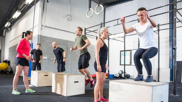 Als ik om me heen kijk in de sportschool, zie ik dat de meeste mensen aan hun kracht werken op de traditionele manier, oftewel: zo veel mogelijk gewicht tillen. Wil je explosiever worden in je bewegingen, dan trek je een sprintje in het park of doe je sprongoefeningen. Maar er is een manier om twee vliegen in een klap te slaan: plyometrische oefeningen.  Link: https://www.fitness-tips.nl/trainingsmethoden/plyometrie-trainen
