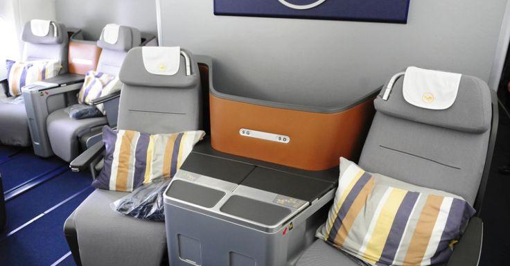 A classe executiva do Boeing 747-8 da Lufthansa tem 80 assentos. Uma parte fica no primeiro andar da aeronave e a outra, no andar de cima. Os assentos da classe executiva se reclinam totalmente e se transformam em camas de 1,98 metro de comprimento.  Junior Lago/UOL.   Fotografia: Junior Lago/UOL.