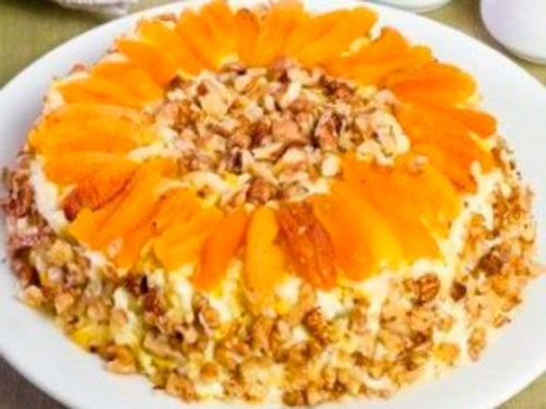 Салат «Праздничный» с курицей, ананасами, курагой и грецкими орехами