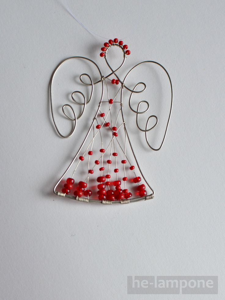 Anděl... strážce domu Anděl jako drátovaná ozdoba nebo obrázek. Vánoční, ale i celoroční dekorace. Materiál černý železný drát nebo měděný lakovaný drát, skleněné korálky. Výška cca 7 cm. Je možné vyrobit na přání v různé barevné kombinaci, nyní k dispozici (ihned skladem) černý s červenými korálky a modrý s bílými a černými korálky (výběr ...