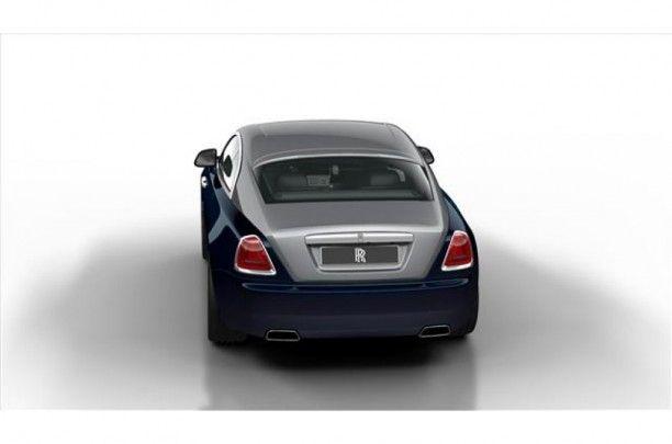 Wraith, de stoutmoedigste uiting van Rolls-Royce tot nu. Het opvallende fastback silhouet straalt elegantie en vermogen uit. De aerodynamische lijnen en grote spoorbreedte achter versterken de belofte van atletisch vermogen en dynamiek, die nog wordt geaccentueerd door de prominente schouders. Het onweerstaanbare design kan verder worden aangevuld met exclusieve two tone lakcombinaties, die de uitstraling versterken en nog meer gelegenheid bieden de auto naar uw eigen smaak te personaliseren