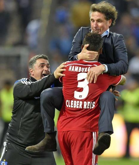 Hamburger SV gerettet: Der Dino bleibt unabsteigbar - So wild feierte HSV-Retter Bruno! http://www.bild.de/sport/fussball/bruno-labbadia/feiert-hsv-wahnsinn-41187064.bild.html