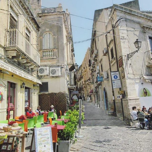 🇮🇹Walking through the streets of Ortigia S I C I L Y 💙 #ortigia #ortigiasiracusa #siracusa #sicilia #sicily #visitsicily #visititaly #italy #love #instasicily #instaitaly #melbournelifelovetravel #walk #stroll #loveit #throwback #takemeback #scenery #april #spring #explore #travel #instagood #instatravel #architecture #beautiful #picturesque #thatview #magnifique #family