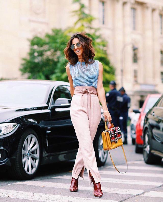 Look total CB de tirar o fôlego da gata carioca @luizabsobral @fhits na semana de moda de Paris: regata de tricot azul jeans + calça alfaiataria maquinetada nude + cinto faixa nude. Très chic ❤️🌹 Flawless CB outfit of stunning Luiza Sobral in Paris Fashion Week: blue jeans knitted top + nude textured tailored trouser + nude leather waist belt. | Ph @viegasjoao #carolbassi #carolbassibrand #fhits #fhitsparis