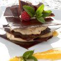 Receta de Eva Arguiñano de milhojas de chocolate relleno de crema de turrón y crema deyema, un dulce de Navidad ideal para aprovechar los restos de turrón blando.