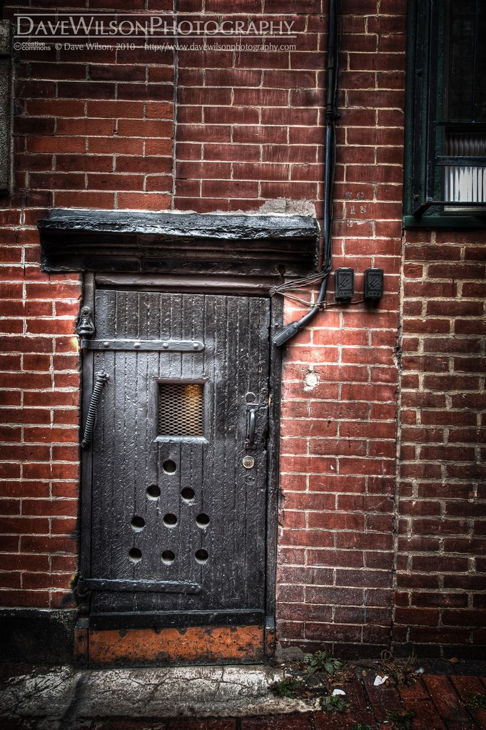 Tiny door in Beacon HillBostonMassachusetts & 105 best tiny doors images on Pinterest   Fairy doors Tree houses ... pezcame.com
