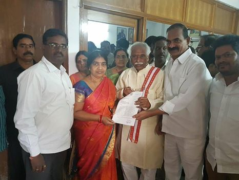 Smt. Muta Padma Naresh, Corporator of Gandhi Nagar Division thanked Shri Bandaru Dattatreya ji, Minister of State (Independent Charge) for Labour and Employment for sanctioning of MPLADs funds in her division along with ward members at my residence, Hyderabad.