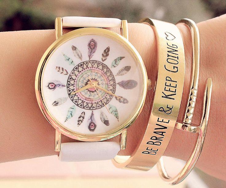 La montre tendance été 2015. Superbe montre, unique en son genre. Mouvement à trois aiguilles. Un jolie montre qui sublimera vos poignets en un clin d'oeil!!! La montre parfaite à offrir ou s'offrir! Emballage cadeau offert!