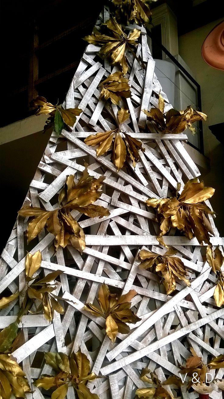 Navidad 2015 madera reciclada, hojas doradas. #xmas #navidad #christmas #2015 #deco #homedecor #christmastree #living #home #house #casa #holidays