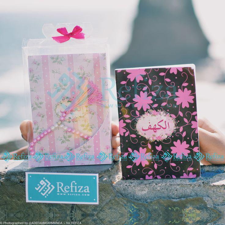 Buku Surat Al-Kahfi dengan desain full warna yang cocok  dijadikan souvenir di acara spesialmu. Motif cover bisa custom loh dear dan sudah termasuk kemasan mika, pita dan stiker.