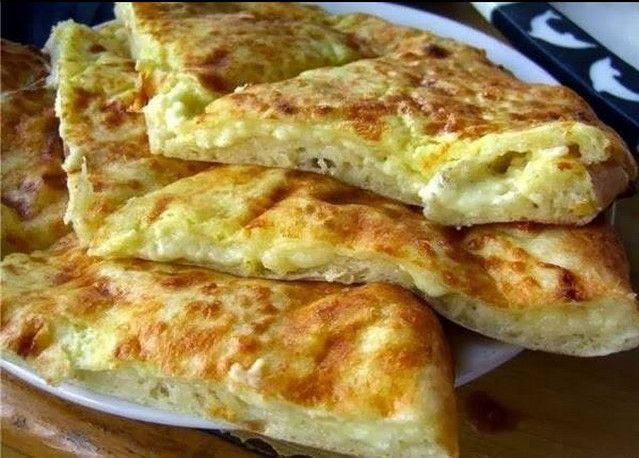 Быстрое хачапури к завтраку. 1 яйцо 1 стакан молока 1 стакан муки 300 г сулугуни (творога) 30 г сливочного масла