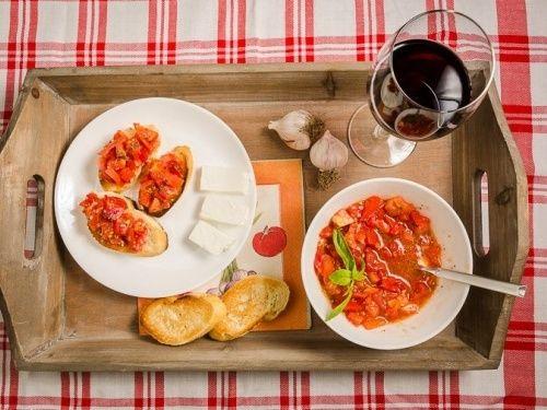 Bruschetta con feta - http://www.gustos.ro/retete-culinare/bruschetta-con-feta.html