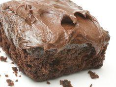 Server en saftig, søt og myk sjokoladekake til kveldskosen! Denne kaken er en litt lysere variant med masse smak, og en himmelsk sjokoladekrem med hint av espresso.    Oppskriften en tilpasset en langpanne, men kan også gjerne lages som cupcakes.