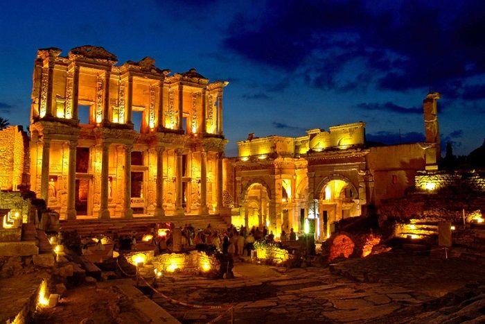 1--Eski efsanelere göre; Efes (Ephesus), Amazon adı ile bilinen kadın savaşçılar tarafından kurulmuştur. İsminin, Ana Tanrıça kenti anlamına gelen Arzawa krallığındaki bir kentten, Apasas'dan geldiği düşünülür.