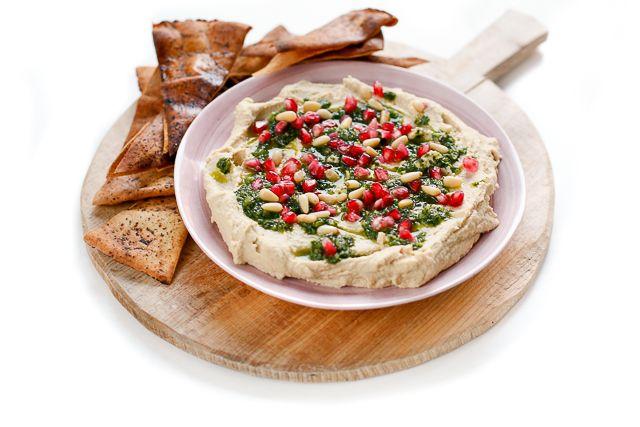 Motivul pentru care nu cumpar niciodata humus gata facut este ca e super-super simplu de facut acasa. In plus, reteta e una pe care o poti adapta in tot felul de moduri, deci nici nu ajung sa ma plictisesc. Poti mixa humusul cu ierburi aromatice, legume proaspete sau coapte, poti sa-l condimentezi intr-o gramada de …