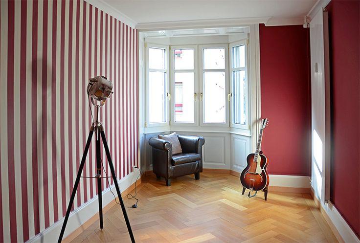 Altbauwohnung in Luzern. Tapete von Rasch Textil, Streifentapete, Kollektion Versatile. / Farben von Farrow & Ball, Estate Emulsion, No.43, Eating Room Red