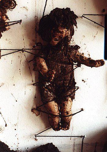Chiharu Shiota Bondage . Postfuhramt, Berlin .1999 doll, earth, wool