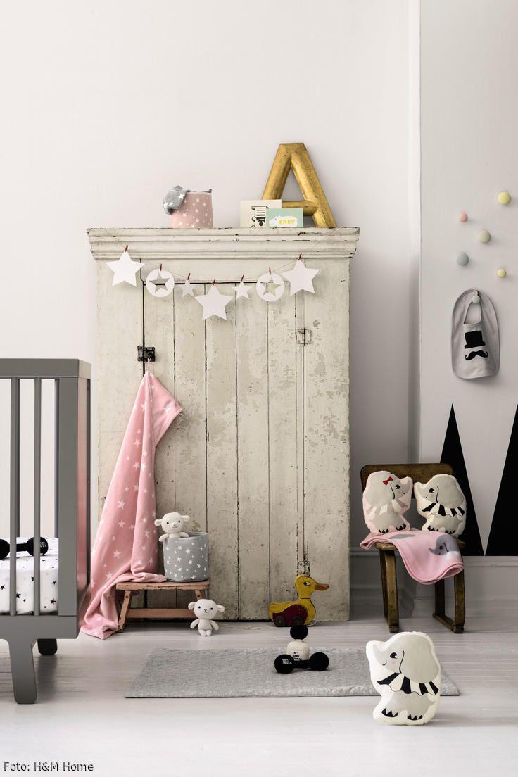 Süß: Die Kombination aus Vintage-Möbeln und dem modernen Babybett in Grau wird mit romantischen Dekoelementen in Rosa und Gold sowie flauschigen Kuscheltieren abgerundet.