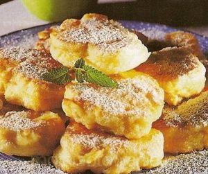 Racuszki z mąki kukurydzianej z cukinią   Czas przygotowania: 40 minut Składniki      20 dag cukinii     6 łyżek mąki kukurydzianej     2 jajka     sól     Do smażenia:     olej     Do posypania:     cukier puder   Etapy przygotowania  Cukinię zetrzeć na tarce do jarzyn, osączyć na sicie z nadmiaru soku, wymieszać z mąką oraz jajkami i posolić. Łyżką kłaść porcje ciasta na rozgrzany olej, formować owalne placuszki i smażyć z obu stron na rumiano.  Osączyć z tłuszczu na papierowym ręczniku i…