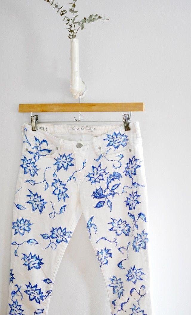 Białe dżinsy w błękitne kwiaty inspirowane kolekcją Gucci