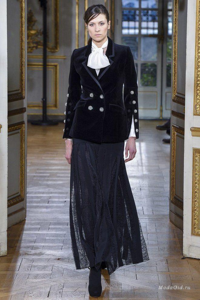 Для своей осенней коллекции Zuhair Murad решил сосредоточиться не на вечерних образах, а для одежде для дня, а источником вдохновения стала Франция 60-х годов. Много черного цвета (любимого дизайнером), мини-юбки, блузки с широкими рукавами, пальто и платья - все это появилось на подиуме в Париже.