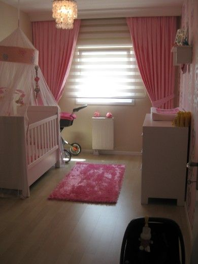 Pink!! vind de gordijnen en het rolgordijn erg leuk!