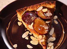 Ciasto ze śliwkami, Masło posiekaj z mąką, cukrem i solą. Szybko zagnieć i włóż do lodówki na pół godziny. Rozwałkuj z niego placek i wyłóż formę do robienia tarty. Na wierzch połóż papier do pieczenia i wsyp suchą fasolę, aby obciążyć ciasto. Włóż do piekarnika nagrzanego na 180 stopni C na 10 minut, następnie wyjmij fasolę i piecz ciasto przez następne 5-10 minut, aż wierzch się lekko przyrumieni. Wyjmij i ułóż gęsto śliwki skórką do dołu, posyp brązowym cukrem i piecz przez 15 minut…