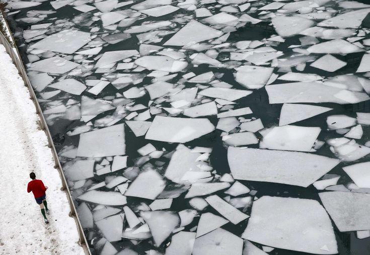 Il ghiaccio non ferma questo temerario jogger che in calzoncini e maglietta sfida le temperature polari di questi giorni correndo lungo il Chicago river. Sulla superficie del fiume che attraversa la città dell'Illinois si sono formate lastre di ghiaccio che danno al corso d'acqua un aspetto d
