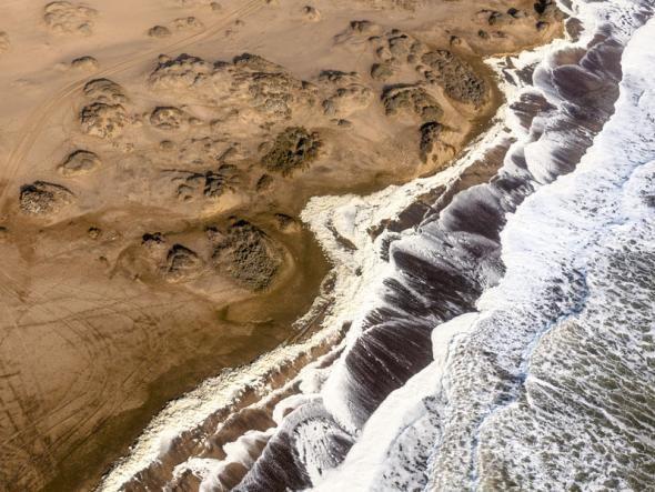Fast überall prallen Wasser und Wüste in der Namib-Wüste unmittelbar aufeinander, eine gewaltige Szenerie.