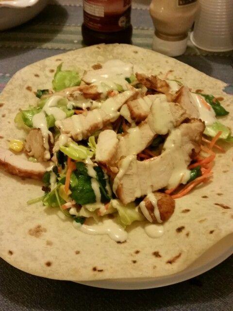 Piadina con pollo alla piastra,insalata mista e salsa Caesar #cenalight #brontolinasosweet #polloallapiastra #salsacaesar #healty #foodinlove #followme