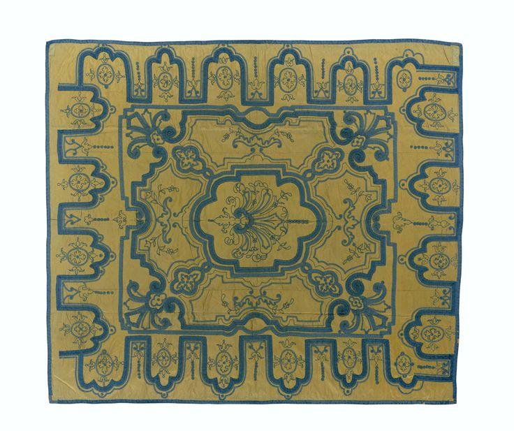 anoniem | Sprei van gele zijde, belegd in Daniel Marot-stijl met blauw passement, c. 1700 - c. 1720 | Sprei van gele zijde, belegd in Daniel Marot-stijl met blauw passement.