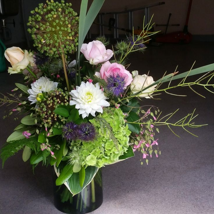 Härlig bukett till bröllopsfesten #bröllopsblommor #weddingflowers #centerpiece #systerblom #bröllopsdukning #vendelsö #tyresö #stockholm