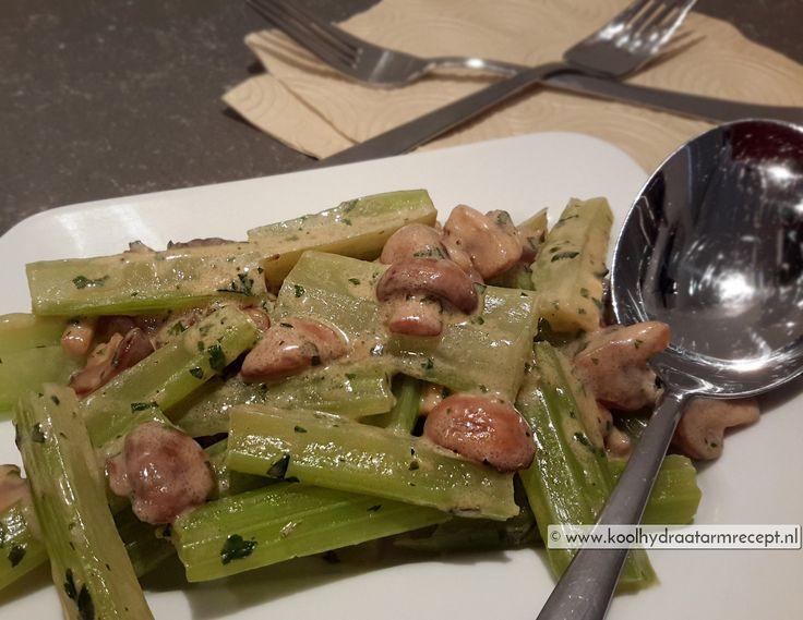 Makkelijk bijgerecht van bleekselderij met champignonsaus. Gewoon een keer maken! Bijvoorbeeld samen met de heerlijke kabeljauw courgetteschotel.