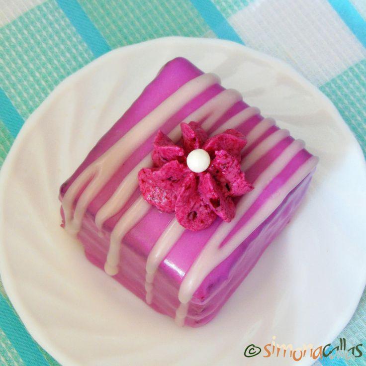 Prăjitura Violeta reţetă originală Am vrut o prăjitură foarte însiropată, glazurată cu fondant, şi umplută cu o cremă fină şi delicioasă.