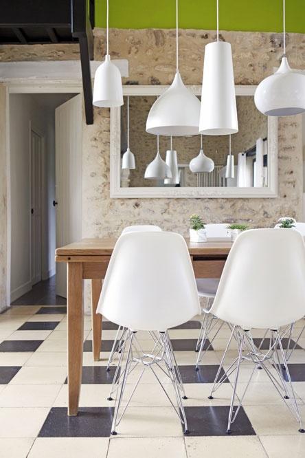 Le jeu des suspensions blanches au-dessus de la table est superbe, qui se démultiplient en plus dans le miroir, est très réussi. Parfait avec les chaises Eames blanches.
