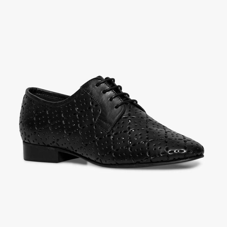 Derby souple noir en cuir perforé Un derby très agréable à porter et féminin avec son cuir perforé. Ce derby possède la technologie brevetée Bocage Innovation, ainsi votre chaussure s'adaptera aux largeurs de votre pied et vous garantira un bien-être inédit.  •#SHOESINMYLIFE On peut l'associer avec un pantalon 7/8.  •Prendre votre pointure habituelle.