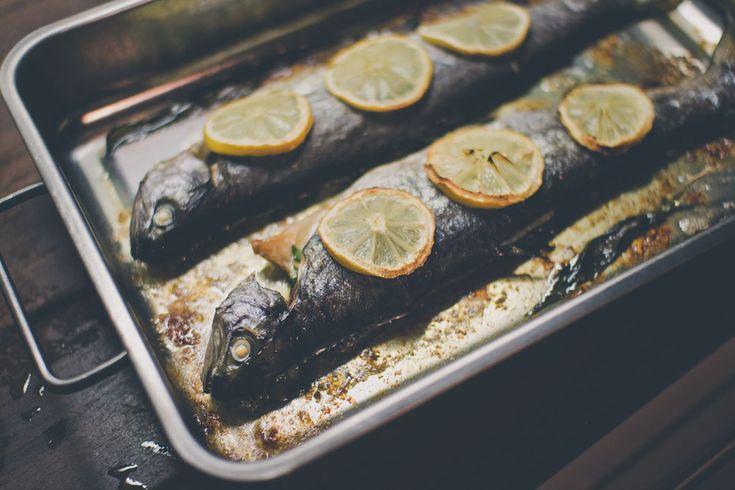 Vyskúšali ste už skombinovať pečeného pstruha s medvedím cesnakom? Tento chutný a jednoduchý recept musíte ochutnať! #medvedicesnak #pstruh #wildgarlic #woodgarlic #yummy #recipe #fish #trout