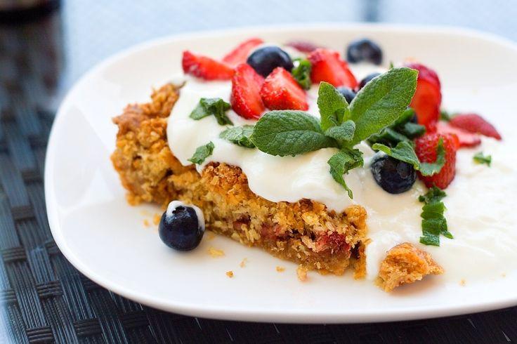 Jahodový koláč srebarborou akokosovou drobenkou – Jezte sláskou