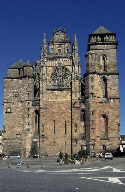 3. Rodez, cathédrale Notre-Dame, façade occidentale - Georges d'Armagnac: après l'élection de Jules III, Philandrier était revenu en France avec le cardinal: en juillet 1550 ils étaient à Rodez, où l'humaniste choisit de se fixer (sa présence est attestée en 1554, 1555 et 1556). Même s'il n'accompagna plus Georges d'Armagnac dans la Ville éternelle où ce dernier séjourna de 1554 à 1557 pour préparer l'élection du successeur de Jules III, il resta en étroites relations avec le cardinal.
